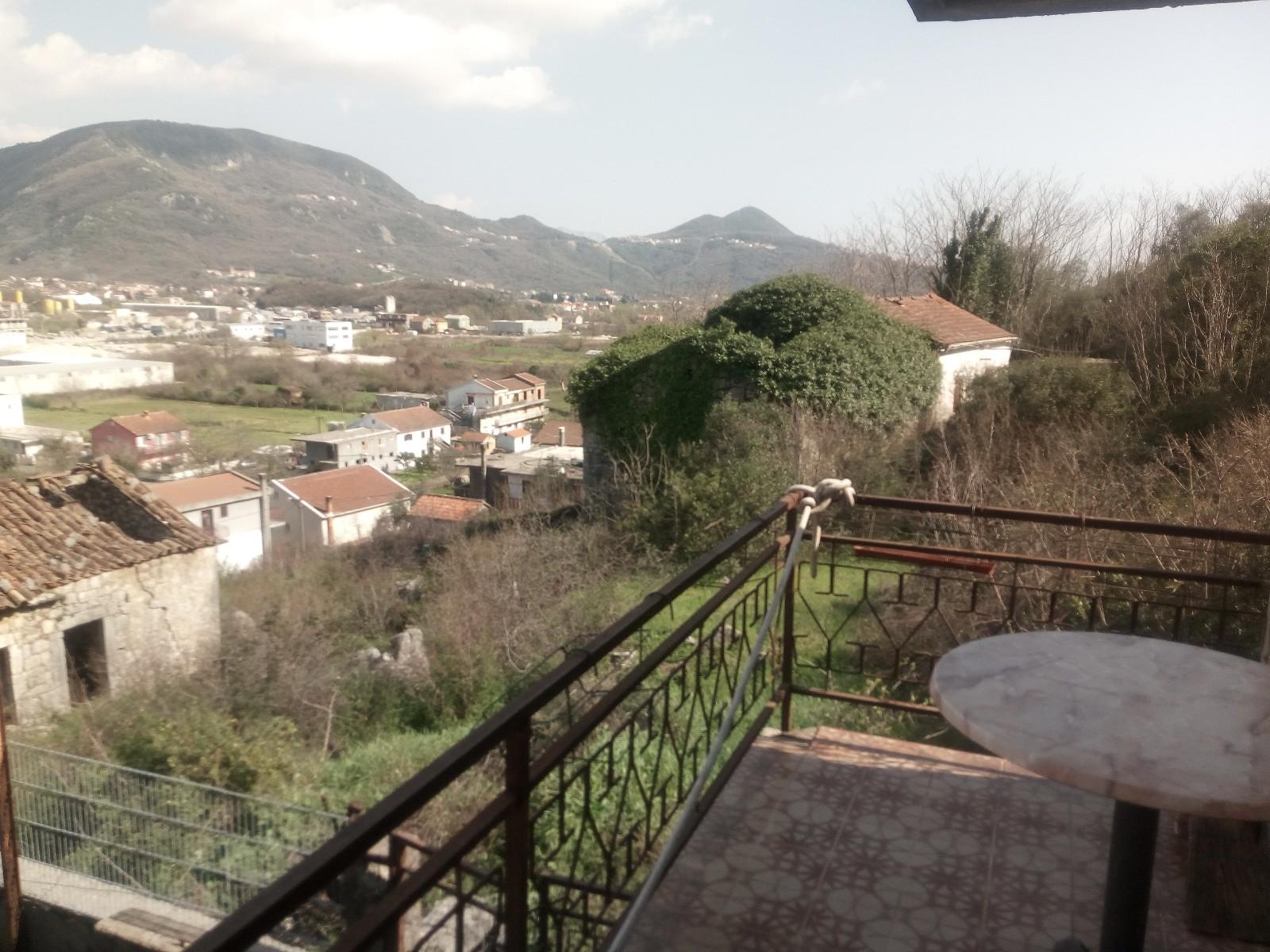 Plac 990m2 sa dvije kuće Lastva Grbaljska Kotor